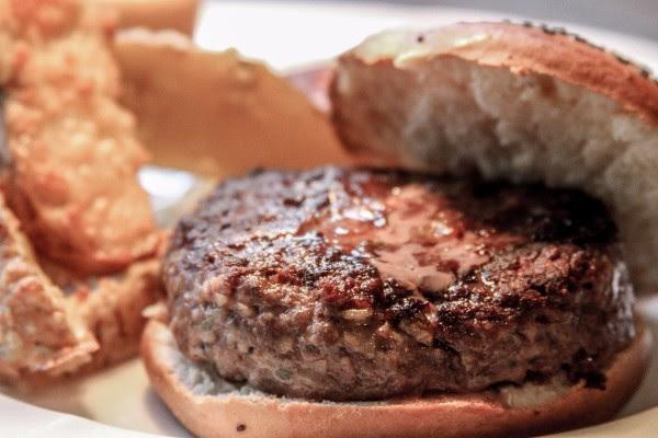 La clásica parrilla La Cabaña se suma a la ola de hamburguesas gourmet
