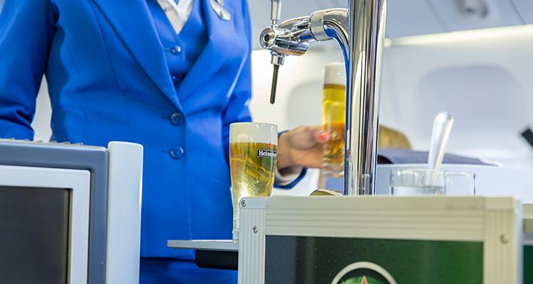 Una aerolínea presentó el primer carro de cerveza tirada a bordo