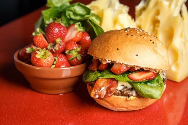 Mi Barrio convoca paladares aventureros con su burger de panceta, frutillas y gruyere