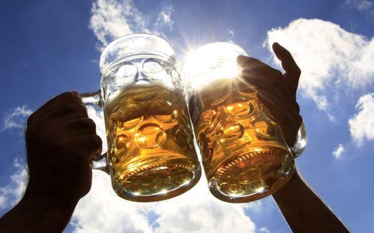 ¿Por qué recomiendan no tomar bebidas alcohólicas con el calor?