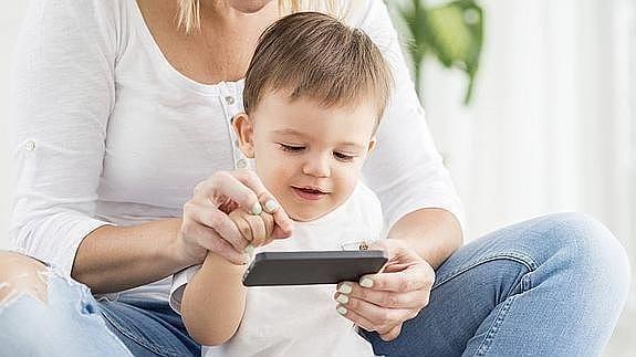 El 70% de los chicos ya usa el celular antes de los 5 años