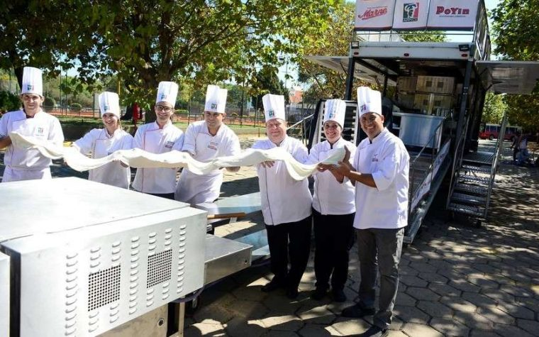 Pizzeros porteños amasan para batir un récord mundial