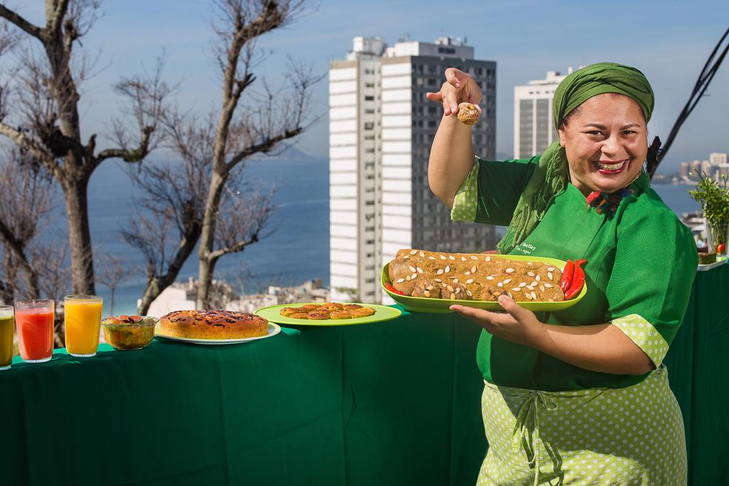 Conocé a la cocinera que enseña a cultivar verduras en una favela de Rio