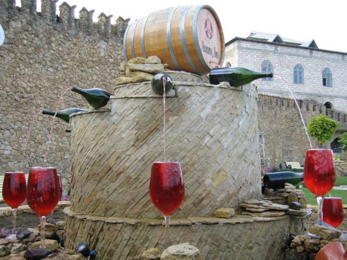 En Italia instalaron una fuente de vino en plena vía pública