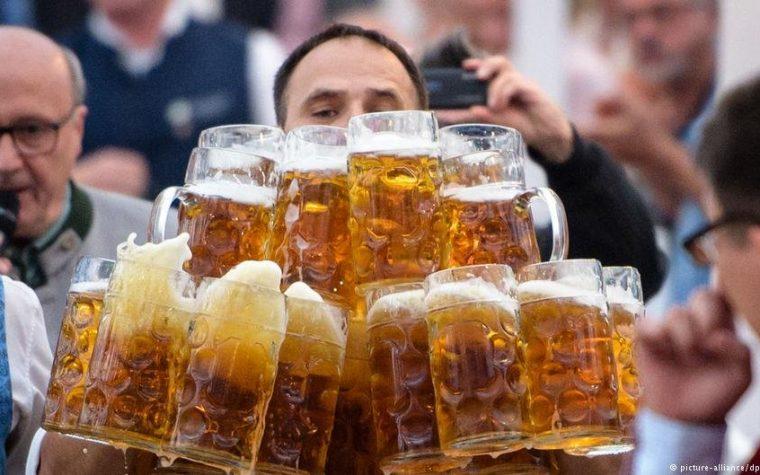 Un alemán rompe el récord cargando 19 jarras de cerveza
