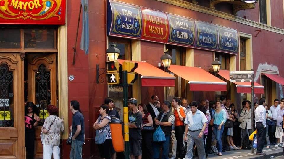 Una tradición que no cesa: colas en Plaza Mayor por el pan dulce