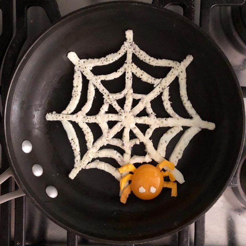 Conocé la obra de este artista experto en… huevos fritos