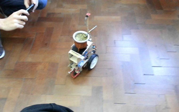 Un argentino inventó una máquina que reparte mates