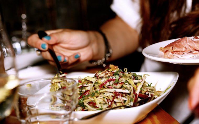 ¿Sabías qué el volumen de la música influye en lo que pedimos en un restaurante?