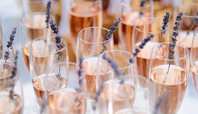 Burbujas rosadas y orgánicas para el brindis de fin de año